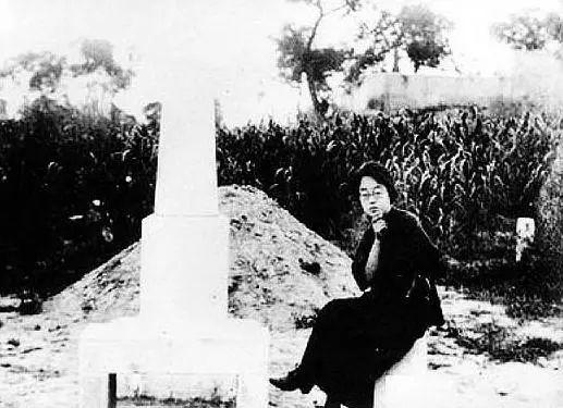 1925年,石评梅在高君宇墓畔