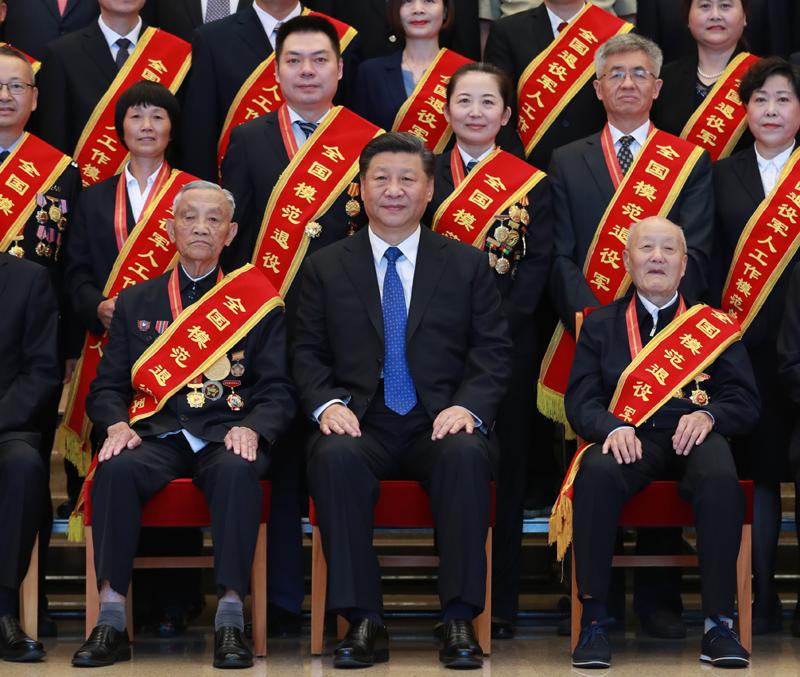 7月26日,党和国家领导人习近平、李克强、王沪宁等在北京会见全国退役军人工作会议全体代表。94岁的张富清、90岁的朱再保、85岁的崔道植、83岁的王於昌、83岁的王成帮,5位老军人坚守初心,为党和国家事业奉献了一辈子。作为全国退役军人的杰出代表,他们被特意安排在合影的第一排就座。在习近平总书记身旁的分别是张富清和朱再保。新华社记者 丁林 摄