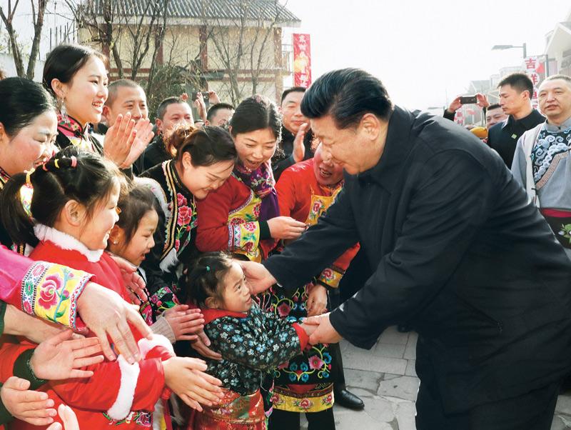 中华民族传统节日农历春节来临之际,中共中央总书记、国家主席、中央军委主席习近平来到四川考察调研,看望慰问各族干部群众,向全国各族人民致以美好的新春祝福。这是2018年2月12日上午,习近平在阿坝藏族羌族自治州汶川县映秀镇看望慰问群众。 新华社记者 鞠鹏/摄