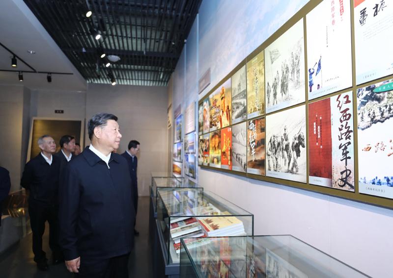8月19日至22日,中共中央总书记、国家主席、中央军委主席习近平在甘肃考察。这是20日上午,习近平在张掖市高台县参观中国工农红军西路军纪念馆。