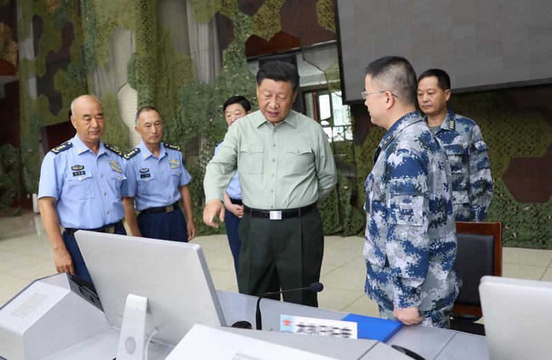 8月22日,中共中央总书记、国家主席、中央军委主席习近平到空军某基地视察。这是习近平察看基地作战指挥中心,了解战备值班和训练情况。