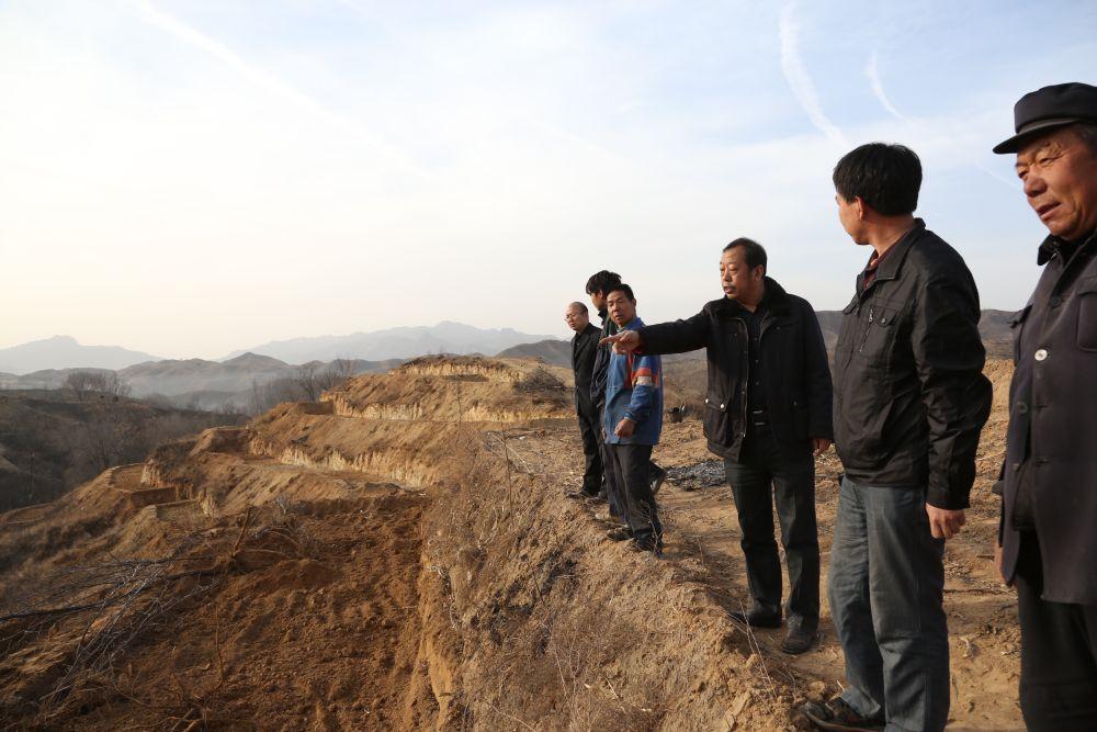 李保国(右三)在河北省阜平县槐树庄乡指导山区开发(2013年3月7日摄)。 新华社发