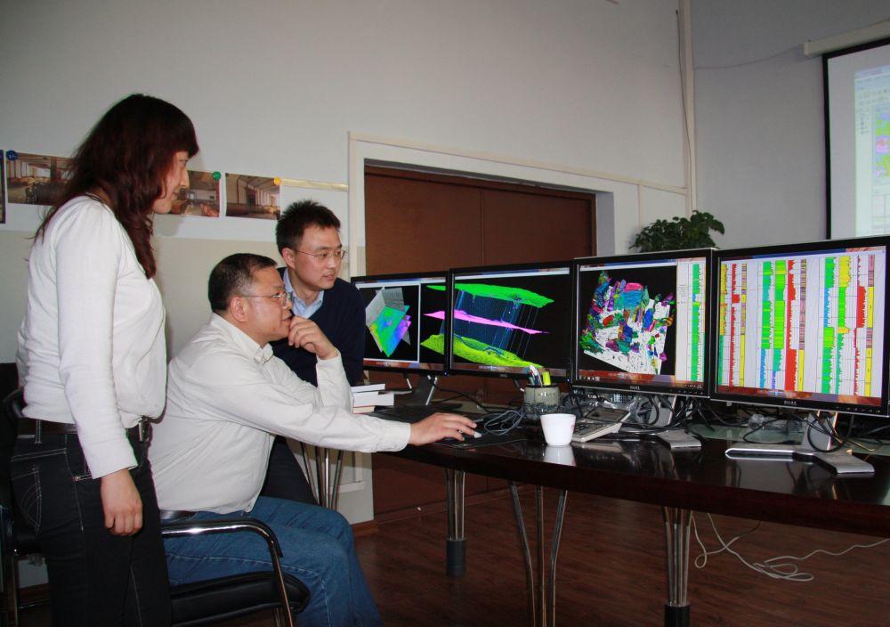 著名地球物理学家黄大年(左二)带领科研团队成员研究问题(2010年11月22日摄)。新华社发