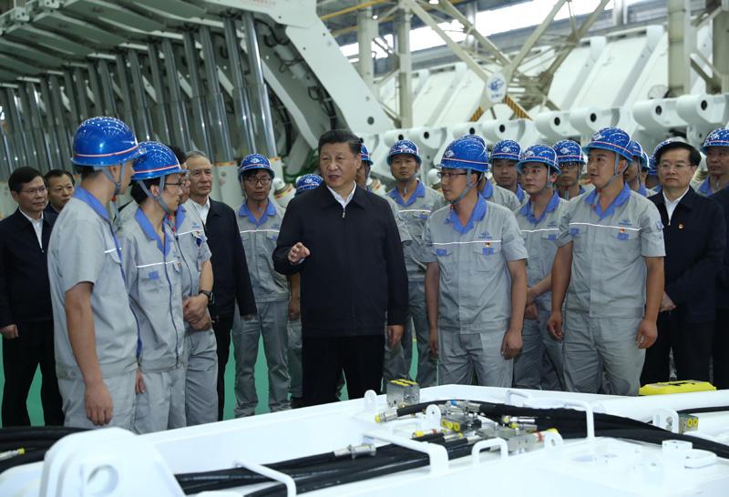 9月16日至18日,中共中央总书记、国家主席、中央军委主席习近平在河南考察。这是17日下午,习近平在郑州煤矿机械集团股份有限公司总装车间同工人们亲切交流。新华社记者 鞠鹏 摄