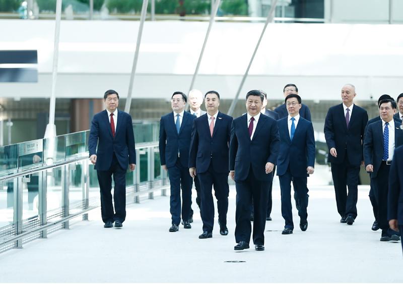 9月25日上午,北京大兴国际机场投运仪式在北京举行。中共中央总书记、国家主席、中央军委主席习近平出席仪式,宣布机场正式投运并巡览航站楼。这是习近平等步入仪式现场。