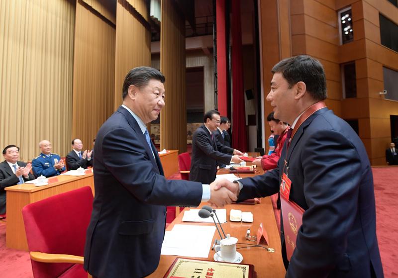 9月27日,全国民族团结进步表彰大会在北京举行。这是习近平等向受表彰的模范集体和模范个人代表颁奖。新华社记者 李学仁 摄