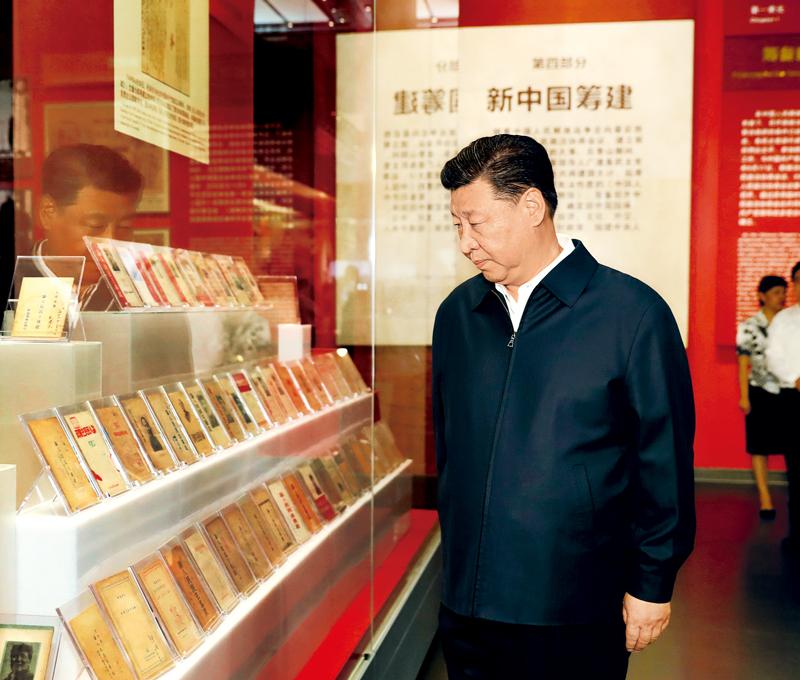 2019年9月12日,中共中央总书记、国家主席、中央军委主席习近平视察中共中央北京香山革命纪念地。这是习近平在香山革命纪念馆参观《为新中国奠基》主题展览。 新华社记者 黄敬文/摄
