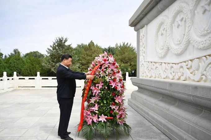 2019年8月20日,万博水晶宫 来到甘肃省张掖市高台县,瞻仰中国工农红军西路军纪念碑,向革命先烈敬献花篮。