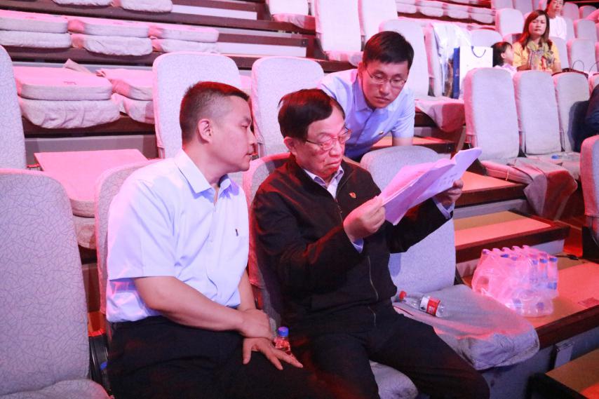 图为叶培建院士正在阅读节目录制相关材料