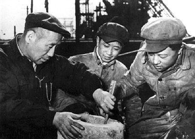 孟泰(左一)與工友們鉆研新技能