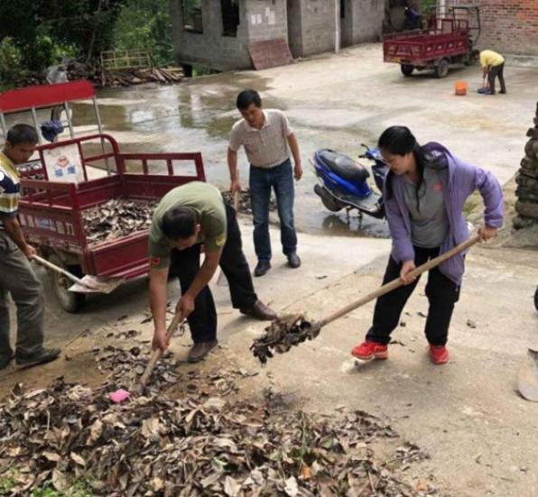 圖為黃文秀生前帶領村民清理村里的垃圾