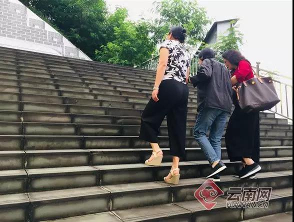张桂梅在华坪女子高级中学内