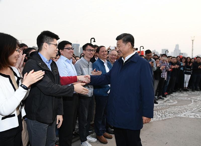11月2日至3日,中共中央总书记、国家主席、中央军委主席习近平在上海考察。这是2日下午,习近平在杨浦区滨江公共空间杨树浦水厂滨江段,同正在休闲健身的市民亲切交谈。新华社记者 谢环驰 摄