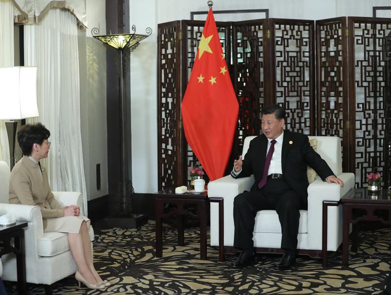 11月4日晚,国家主席习近平在上海会见出席第二届中国国际进口博览会的香港特别行政区行政长官林郑月娥。 新华社记者 鞠鹏 摄