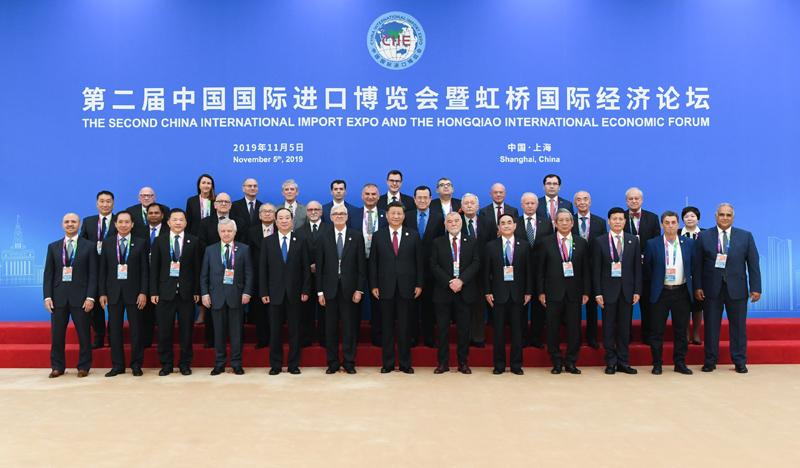 """11月5日,第二届中国国际进口博览会在上海国家会展中心开幕。国家主席习近平出席开幕式并发表题为《开放合作 命运与共》的主旨演讲。这是开幕式前,习近平亲切会见出席""""70年中国发展与人类命运共同体""""论坛外方智库媒体代表。"""