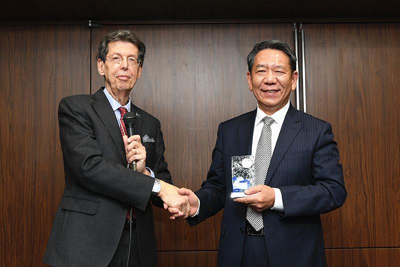 12月5日,在日本东京,月球村协会主席朱塞佩·雷巴尔迪向中国探月工程总设计师、中国工程院院士吴伟仁(右)颁奖。
