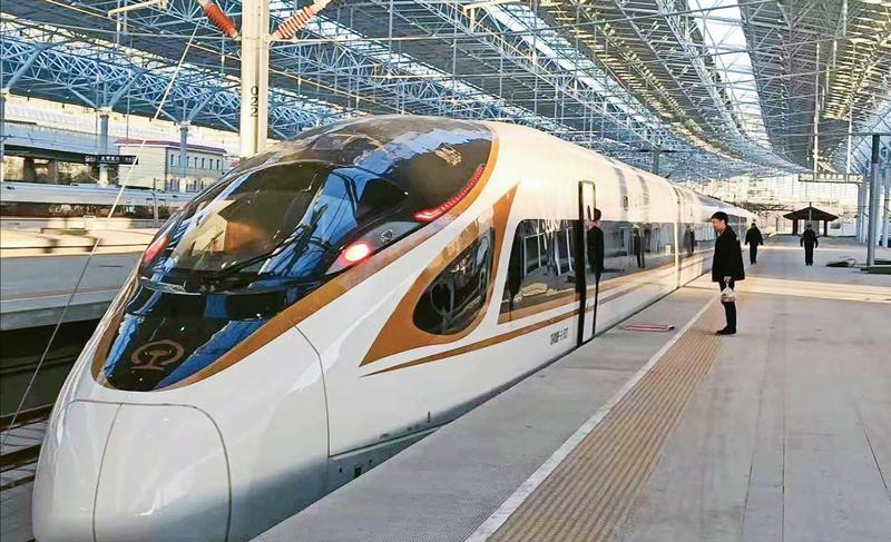 京张高铁是京津冀协同发展的重要基础工程,是2022年北京冬奥会的重要交通保障设施。100多年前,我国开通了首条由中国人自主设计、营运的铁路干线——京张铁路。将于2019年底正式开通的京张高铁,是我国第一条采用北斗卫星导航系统、设计时速350公里的智能化高速铁路。届时,北京到张家口的铁路旅行时间将由3.5小时缩短到1小时以内。图为2019年12月3日,试验列车停靠在北京北站。 新华社发 李桦/摄