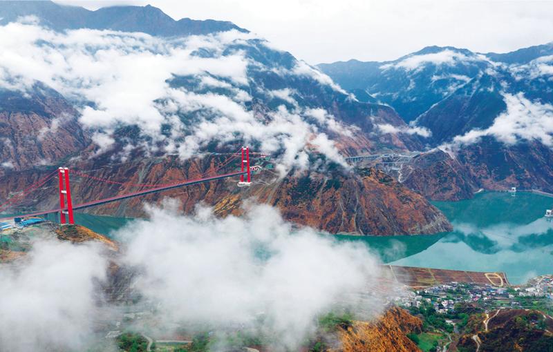 """四川雅康高速公路东起雅安、西至康定,全长135公里,是成都平原连接甘孜藏区进而通往西藏的重要通道,被誉为""""云端天路""""。雅康高速于2018年12月31日全线建成并试通车运营,从而结束了甘孜藏族自治州康定市不通高速的历史,有力助推藏区脱贫攻坚。图为雅康高速泸定大渡河大桥(2019年10月15日摄)。 新华社记者 江宏景/摄"""