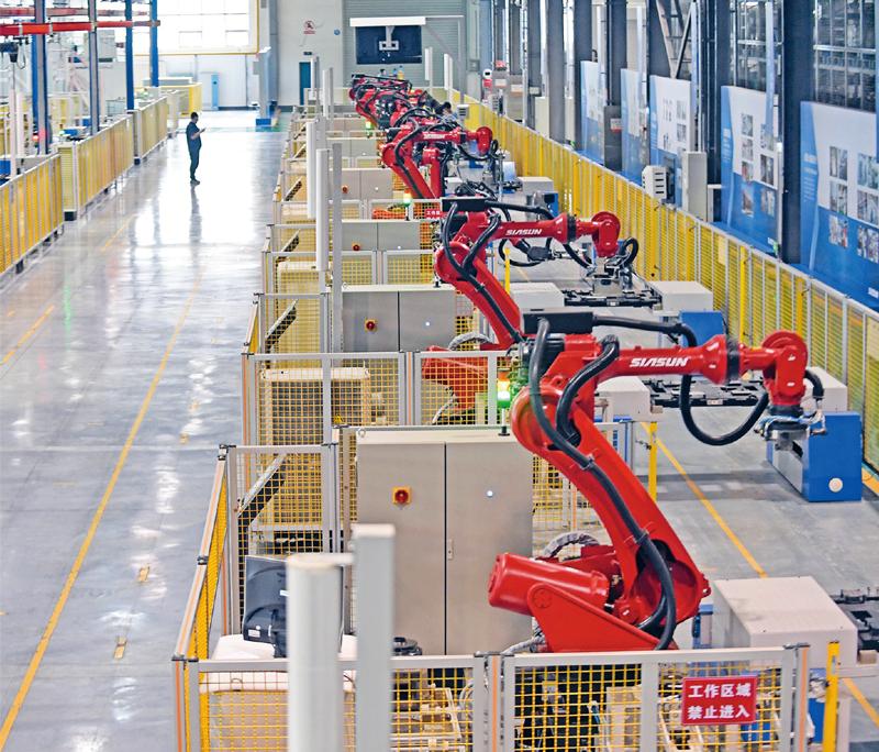 新时代东北振兴,是全面振兴、全方位振兴。东北地区正依靠创新做实、做强、做优实体经济,积极扶持新兴产业加快发展。图为沈阳新松机器人自动化股份有限公司工业机器人生产车间。 新华社记者 杨青/摄