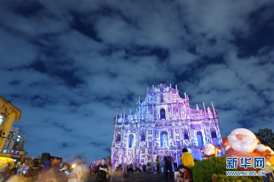 12月17日晚拍摄的澳门大三巴牌坊。新华社记者 虞东升 摄