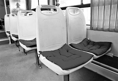 公交车司机6年自费为乘客配坐垫