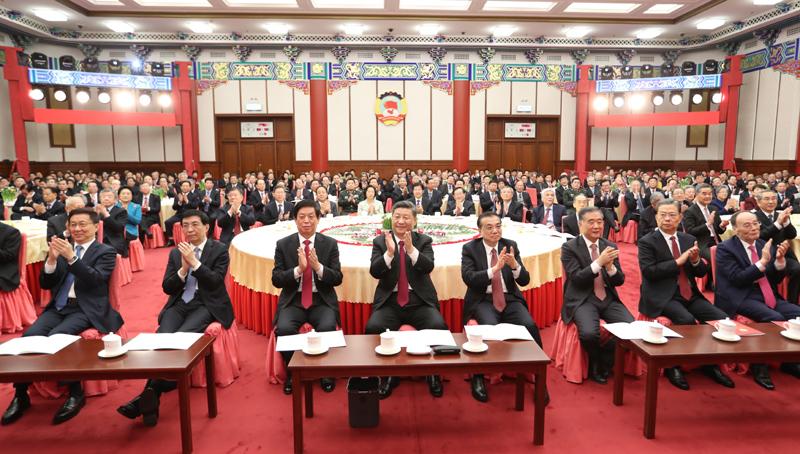 12月31日,全国政协在北京举行新年茶话会。党和国家领导人习近平、李克强、栗战书、汪洋、王沪宁、赵乐际、韩正、王岐山出席茶话会并观看演出。