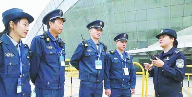 集美公安分局治安大隊民警在活動現場布置警力。