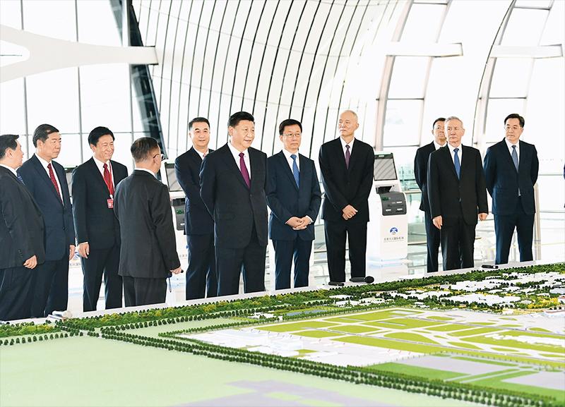 2019年9月25日上午,北京大兴国际机场投运仪式在北京举行。中共中央总书记、国家主席、中央军委主席习近平出席仪式,宣布机场正式投运并巡览航站楼。这是习近平在综合交通中心听取机场综合交通体系建设情况介绍。