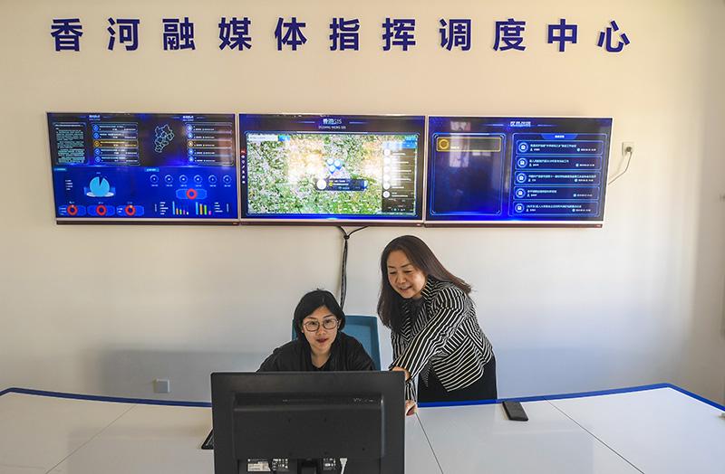 2019年3月23日,工作人员在河北香河融媒体指挥调度中心进行调度。新华社记者 李晓果 摄