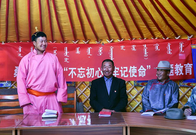 2019年10月11日,在内蒙古自治区正蓝旗恩克宝力格嘎查党员中心户的蒙古包中,党员敖日格勒(左一)在回答知识竞赛问题。新华社记者 刘磊 摄