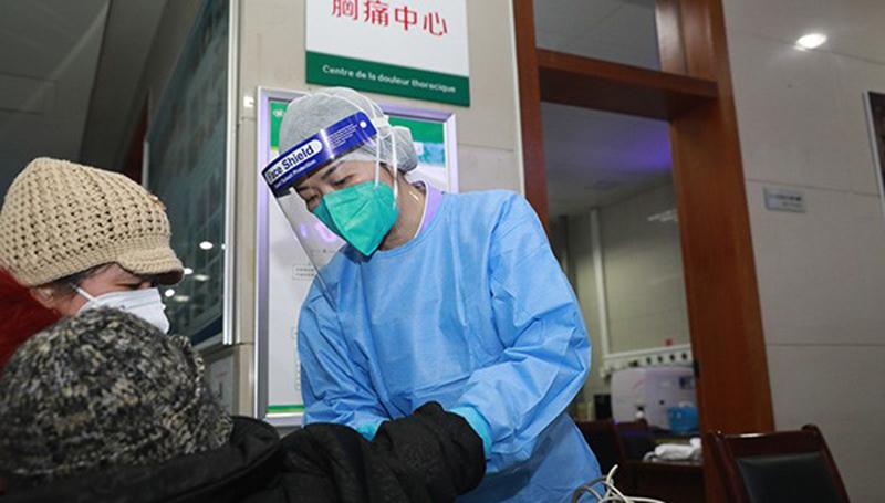在武汉大学中南医院,急救中心护士郭琴为患者进行检查。(高翔 摄)