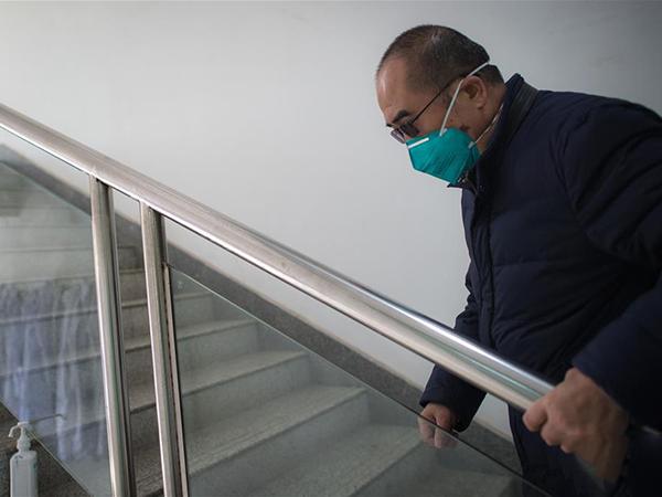 由于渐冻症的关系,张定宇爬起楼时十分不便。