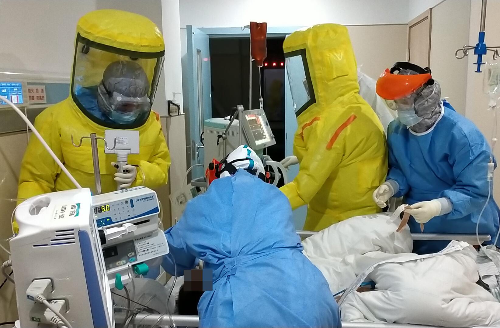 2月15日,�V�|省��口支援湖北�G州�t�����T、南方�t科大�W南方�t院的�t�o人�T在�G州救治患者。
