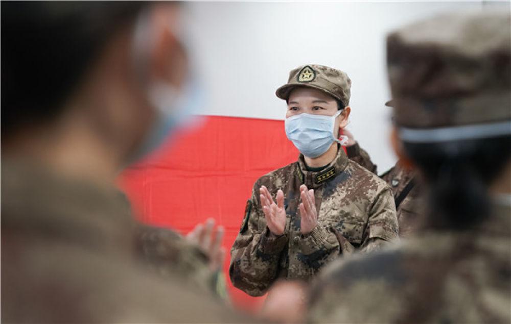 在武汉金银潭医院,军队支援湖北医疗队队员宋彩萍鼓励大家奋勇努力,战胜疫情(2月1日摄)。新华社记者 程敏 摄