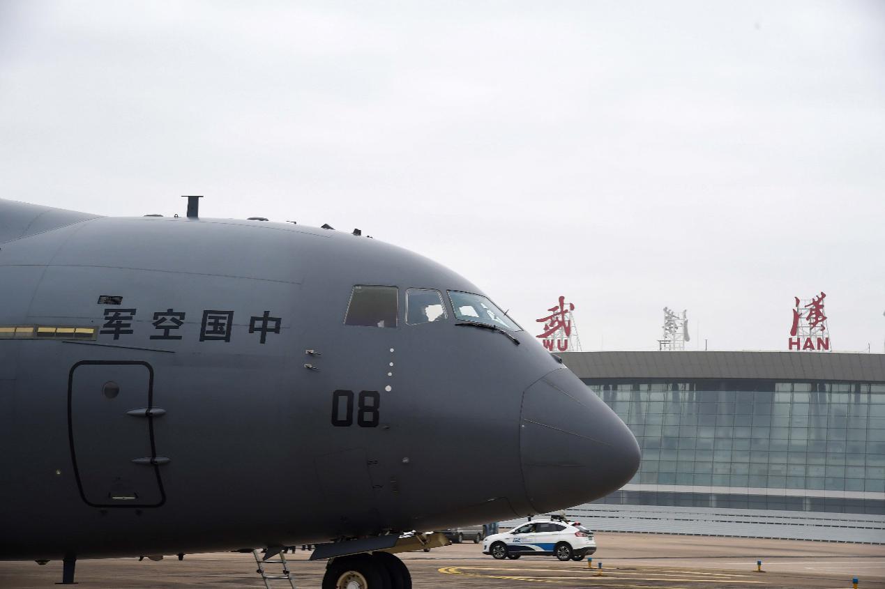 2月13日,一架国产运-20运输机抵达武汉天河机场。