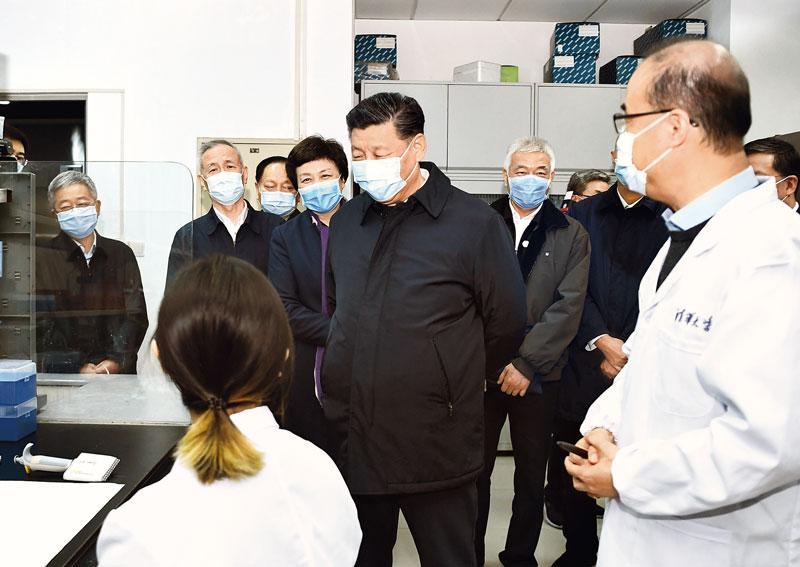 2020年3月2日,中共中央总书记、国家主席、中央军委主席习近平在北京考察新冠肺炎防控科研攻关工作。这是习近平在清华大学医学院全球健康与传染病研究中心同科研人员交谈。