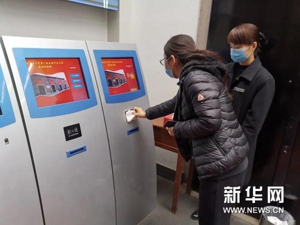 中共一大會址紀念館取票處準備紙巾和廢紙簍,避免直接接觸。