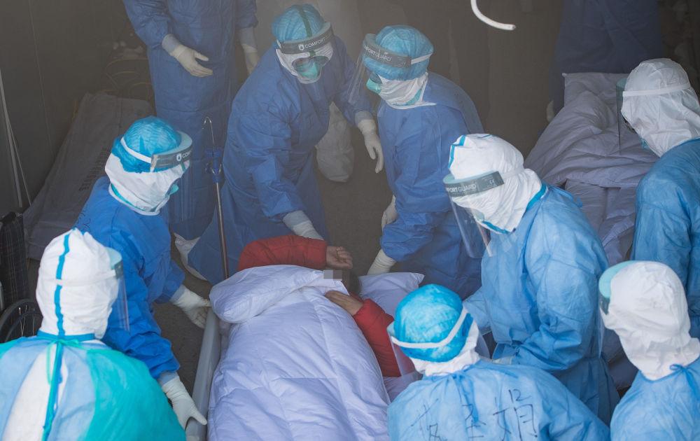 医护人员将患者转运至武汉火神山医院病房(2月4日摄)。新华社记者 肖艺九 摄
