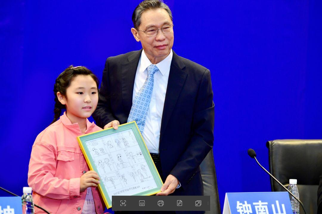 3月18日广州市第46场疫情防控新闻通气会上,小女孩赠送钟南山院士手绘画