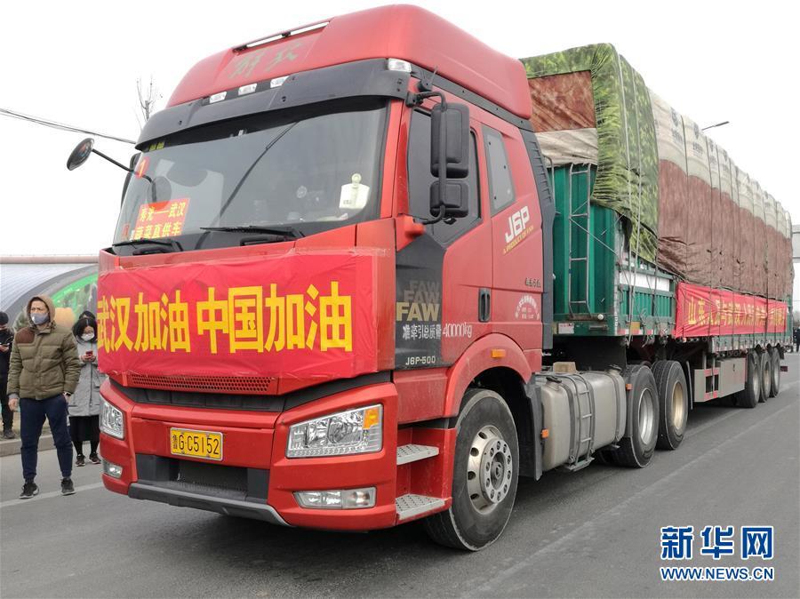 1月28日,满载350吨检测合格蔬菜的14辆货车从蔬菜之乡山东寿光出发,这批蔬菜是无偿捐赠给武汉市的。 新华社发