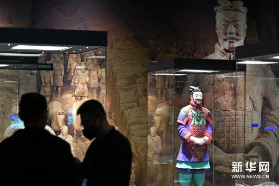4月24日,工作人員在山東博物館布展。新華社記者 朱崢 攝