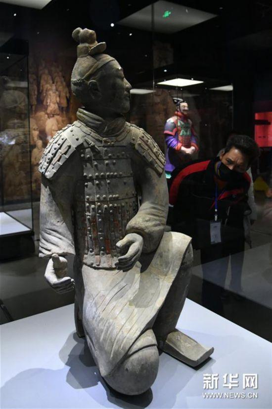 這是展出的跪射武士俑(4月24日攝)。新華社記者 朱崢 攝