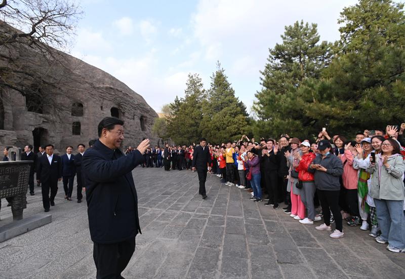 5月11日至12日,中共中央总书记、国家主席、中央军委主席习近平在山西考察。这是5月11日下午,习近平在大同市云冈石窟考察时,向游客们挥手致意。新华社记者 李学仁 摄