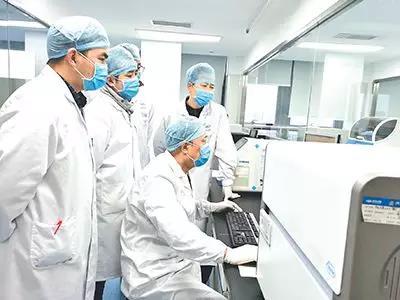 基于前期丰富的呼吸道病原体检测试剂盒研发经验,迪安诊断研发团队发挥技术储备优势,1月20日成功完成基于荧光定量PCR平台的2019-nCoV核酸检测试剂及其检测流程的研发。(图片由通讯员 钱雯提供)