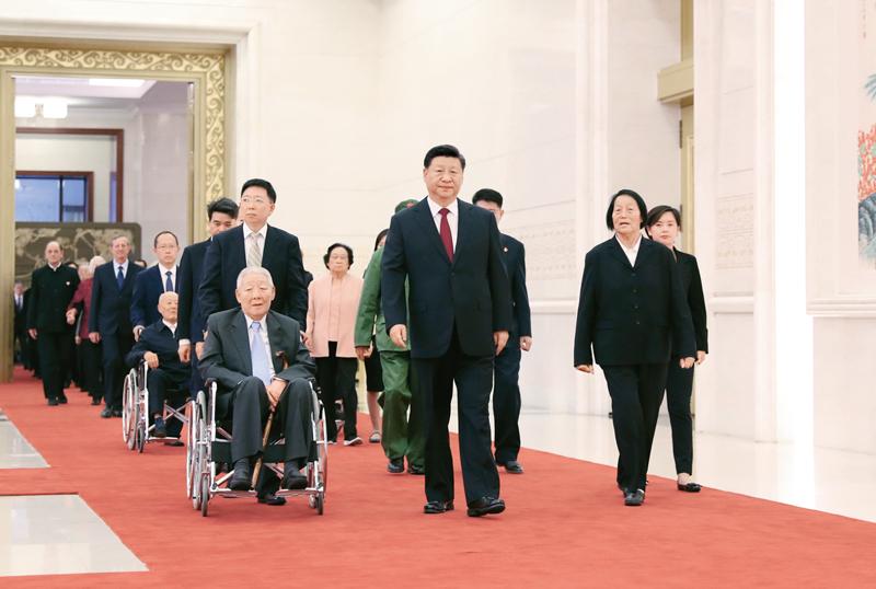 2019年9月29日,中华人民共和国国家勋章和国家荣誉称号颁授仪式在北京人民大会堂金色大厅隆重举行。中共中央总书记、国家主席、中央军委主席习近平同国家勋章和国家荣誉称号获得者一同步入会场。 新华社记者 丁海涛/摄