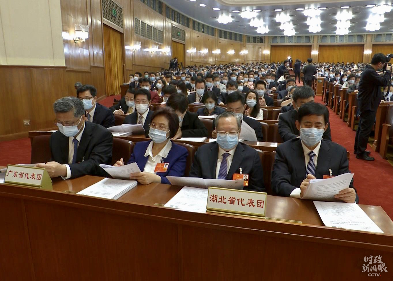 湖北省代表团坐在面向主席台的右手边。