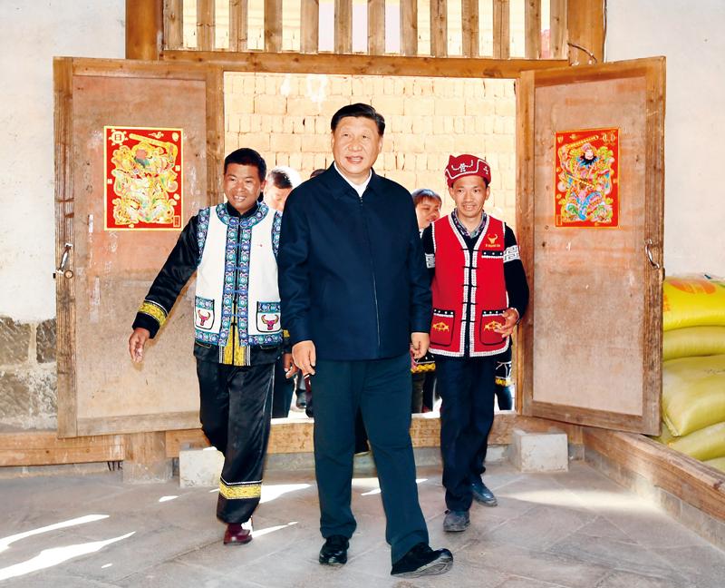 2020年1月19日至21日,中共中央总书记、国家主席、中央军委主席习近平来到云南,看望慰问各族干部群众,向全国人民致以新春祝福。这是19日下午,习近平在腾冲市清水乡三家村中寨司莫拉佤族村村民李发顺家察看,了解居住环境。 新华社记者 谢环驰/摄