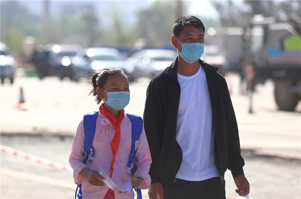 吉好也求带着女儿吉好有果到四川西昌市天立国际学校报道。吉好有果今年上小学四年级(4月20日摄)。新华社记者 江宏景 摄