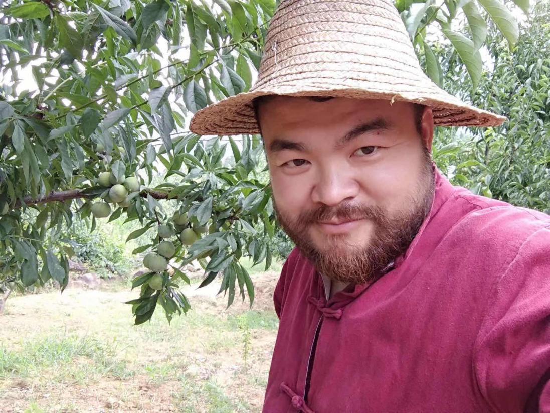 """2019年7月5日,""""鄉村胡子哥""""在重慶巫山做扶貧直播。"""