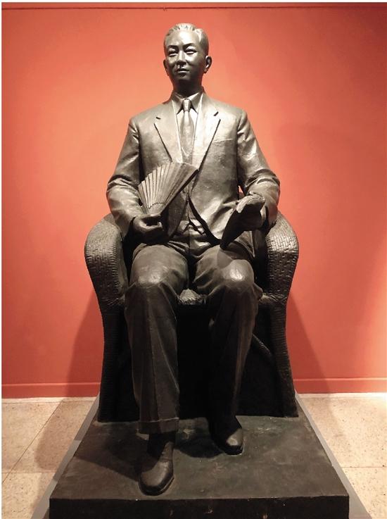 劉開渠 梅蘭芳坐像 259×127×190cm 玻璃鋼 1988年 創作于北京